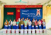 Đại diện Eximbank trao tặng 20 phần quà cho người dân xã Phong Dụ, huyện Tiên Yên, tỉnh Quảng Ninh. - WikiLand