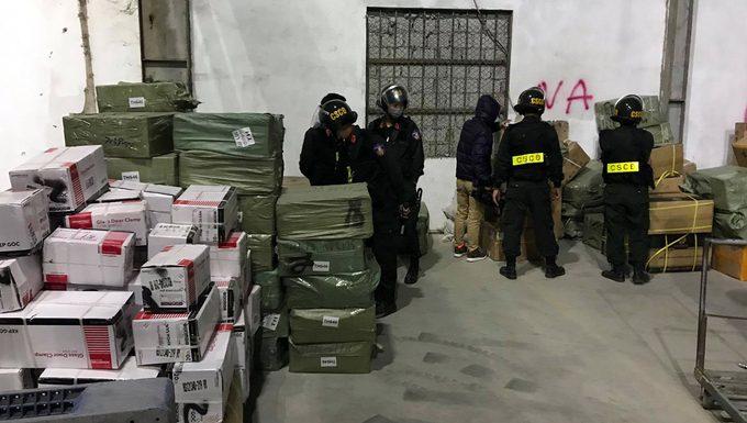 Cảnh sát khám xét một kho hàng ở gần cửa khẩu Bắc Phong Sinh, Quảng Ninh ngày 17/12. Ảnh: Phong Sơn - WikiLand