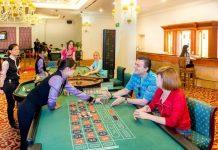 Khách nước ngoài tham gia trò chơi có thưởng tại casino Royal Halong Hotel.Ảnh: TripAdvisor.com. - WikiLand