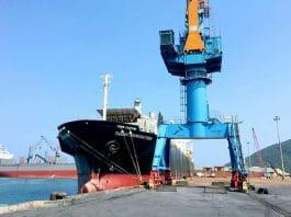 Mtột tàu hàng cập cảng Vũng Áng. Ảnh: Đức Hùng - WikiLand