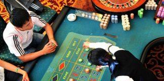 Khách nước ngoài chơi tại casino Royal Ha Long. Ảnh: Booking.com. - WikiLand