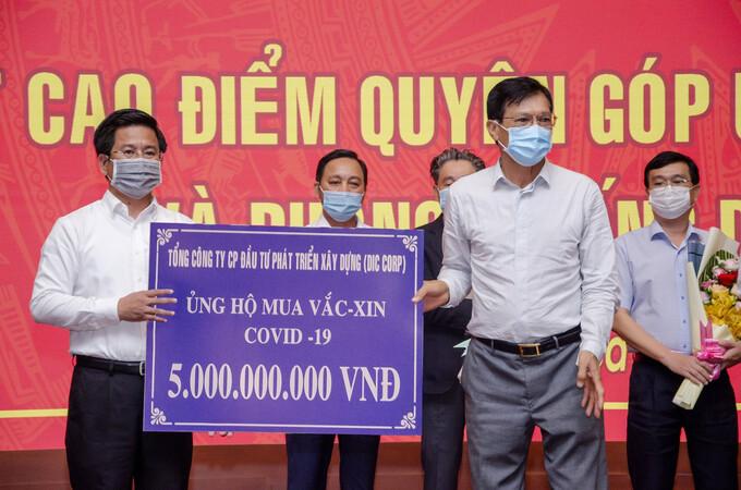 Đại diện Tập đoàn DIC trao bảng tượng trưng ủng hộ 5 tỷ đồng mua vaccine và phòng, chống Covid-19 cho Uỷ ban Mặt trận Tổ quốc Việt Nam tỉnh Bà Rịa - Vũng Tàu. - WikiLand  Tập đoàn DIC ủng hộ 5 tỷ đồng chống dịch anh 1 trao bang 4685 1623409687