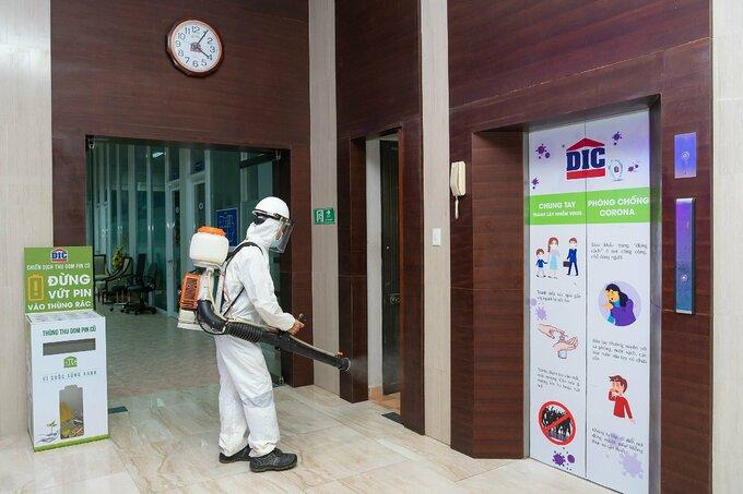 Triển khai phun khử khuẩn tại trụ sở Tập đoàn DIC. - WikiLand  Tập đoàn DIC ủng hộ 5 tỷ đồng chống dịch anh2 phun khu khuan 1623409565 4164 1623409687