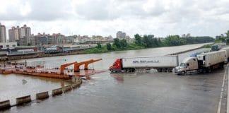 Cầu phao tạm nối TP Móng Cái (Việt Nam) với TP Đông Hưng (Trung Quốc), tháng 7/2021. Ảnh: Hữu Việt - WikiLand